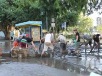 """<span class=""""caption-caption"""">Volunteers clear mud after flood, West End ferry terminal, January 2011</span>. <br />Digital image, collection of <span class=""""caption-contributor"""">Liz Jordan</span>."""